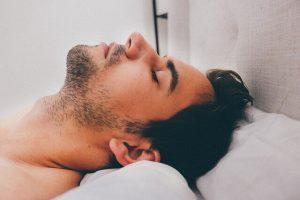 Symptomen van slaapaneu - slapende man op rug